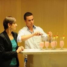 Barman dekoruje drinki bezalkoholowe wisienką koktajlową i ananasem