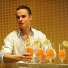 Barman rozdaje drinki bezalkoholowe