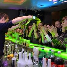 pokaz-barmanski-rozlanie-do-szklanek
