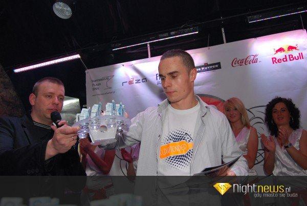 Radosław Podlaski. Odbiera nagrodę za trzecie miejsce na Red Diablo Flair Competition